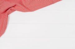 方格的布料餐巾顶视图在白色木桌上的 库存照片