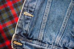 方格的苏格兰织品的样式与创造背景的牛仔裤的 免版税库存图片