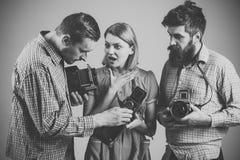 方格的衣裳的,减速火箭的样式人 葡萄酒摄影概念 繁忙的摄影师公司有老照相机的 免版税库存照片