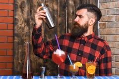 方格的衬衣的人在木纹理背景 图库摄影