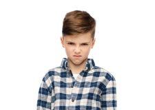 方格的衬衣的恼怒的男孩 免版税库存图片