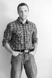 方格的衬衣的年轻白种人人 免版税库存照片