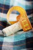 方格的衬衣螺纹针和措施磁带 免版税库存图片