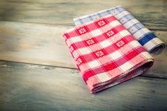 方格的餐巾顶视图在木桌上的 库存照片