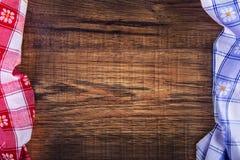 方格的餐巾顶视图在木桌上的 免版税图库摄影