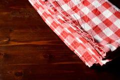 方格的餐巾顶视图在木桌上的 免版税库存图片