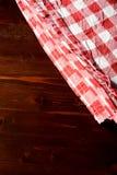 方格的餐巾顶视图在木桌上的 图库摄影