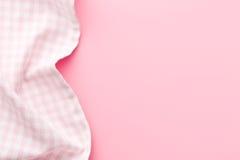 方格的餐巾顶视图在桃红色桌上的 免版税库存图片