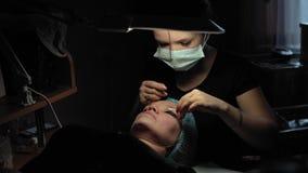 方法的妇女卷曲和角质素鞭子推力的 影视素材