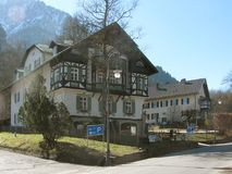 施万高称`村庄皇家城堡`,它位于在山下,新天鹅堡和Hohenschwangau r 免版税库存照片