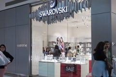施华洛世奇商店在购物中心 施华洛世奇水晶范围包括家庭装饰对象、首饰和枝形吊灯 Foc 免版税库存照片