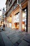 施华洛世奇在购物街道上的商店商标在维也纳,奥地利 库存照片