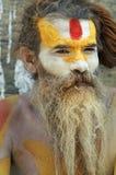 施舍前sadhu寻找的shaiva寺庙 免版税库存图片