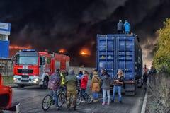 旁观者被会集观看巨大的火 库存图片