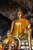 旁边金黄菩萨雕象泰国 免版税库存照片
