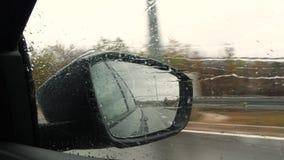 旁边镜子接近的看法,当汽车驾驶时 股票视频