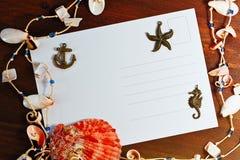 旅客与明信片和海壳的消息概念 库存照片