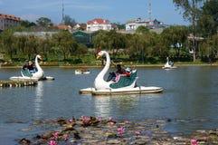 旅客乘乘驾在湖的鸭子小船放松 库存图片