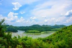 旅客享受自然秀丽他们的在竹木筏的暑假 免版税库存图片