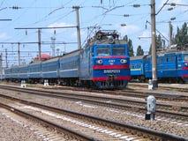 旅客列车搭载乘客对火车站 免版税库存图片