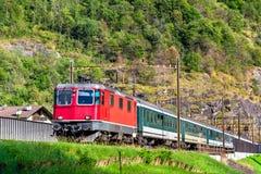 旅客列车爬上Gotthard通行证-瑞士 库存图片