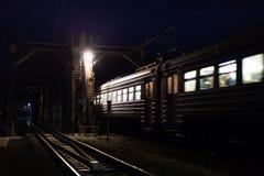 旅客列车通过在桥梁在晚上 库存照片