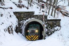 旅客列车,山路轨 在wint的匈牙利森林铁路 库存图片