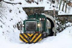 旅客列车,山路轨 在wint的匈牙利森林铁路 免版税库存照片