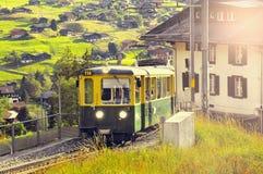 旅客列车从克莱茵沙伊德格到达日落 库存照片