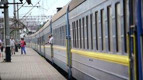 旅客列车离开平台 影视素材