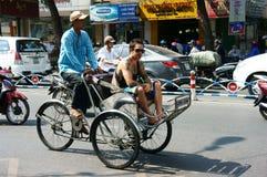 旅客参观由pedicab的Sai gon。SAI GON,越南3月28日 图库摄影