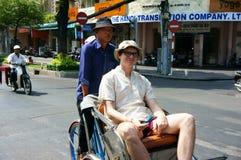 旅客参观观点的由pedicab的Sai gon。SAI GON,越南3月4日 图库摄影