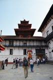 旅客和尼泊尔人民旅行并且祈祷Hanuman Dhoka Hanuman雕象  免版税库存照片