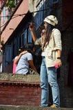 旅客和尼泊尔人民旅行并且采取照片Basantapur Durbar广场 免版税图库摄影