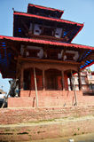 旅客和尼泊尔人民旅行并且采取照片Basantapur Durbar广场 库存照片