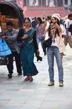 旅客和尼泊尔人民旅行并且采取照片Basantapur Durbar广场 免版税库存照片
