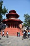 旅客和尼泊尔人民旅行并且采取照片Basantapur Durbar广场 免版税库存图片
