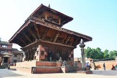 旅客和尼泊尔人民走向Bhaktapur Durbar广场 库存图片