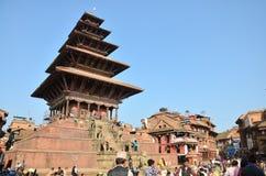 旅客和尼泊尔人民走向Bhaktapur Durbar广场 库存照片