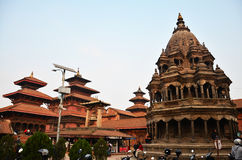 旅客和尼泊尔人民走向Patan Durbar广场 免版税库存照片