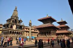 旅客和尼泊尔人民走向Patan Durbar 免版税图库摄影