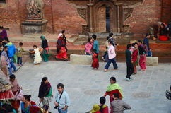 旅客和尼泊尔人民Patan的Durbar摆正 库存照片