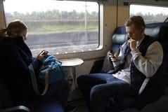 旅客和智能手机 库存照片