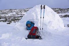 旅客在一座多雪的房子园屋顶的小屋 免版税图库摄影