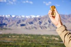 年轻旅客在喜马拉雅山山景背景& x28中的看指南针; 在compass& x29的焦点; 库存照片