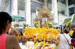 旅客在曼谷祈祷对四具有的Brahma雕象的尊敬 免版税库存照片