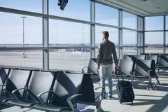 旅客在机场终端 免版税库存图片