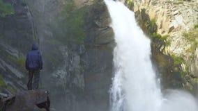 旅客在瀑布旁边站立 影视素材