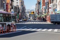 旅客在行人穿越道穿过街道 库存图片
