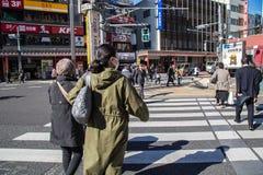 旅客在行人穿越道穿过街道 免版税库存图片